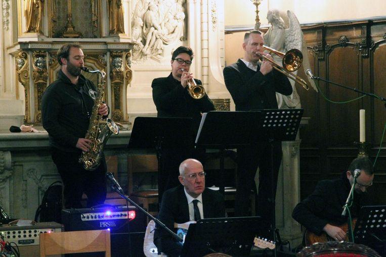 Vrienden speelden muziek tijdens de plechtigheid.