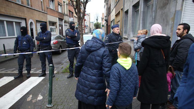 Een afgezette straat in Molenbeek, België. Beeld Ton Koene