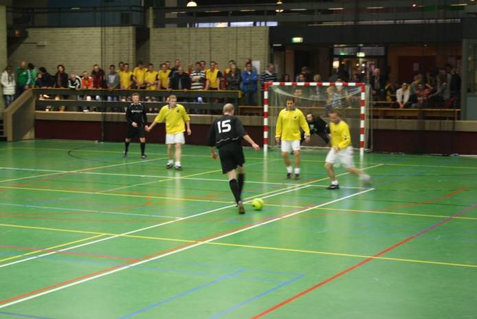 Floris Meerveld haalt uit, van links naar rechts Hessel de Graaf, Christiaan Hartkamp, Lejo van Dommelen, Werner van Eerbeek en Teun van der Kamp kijken toe.