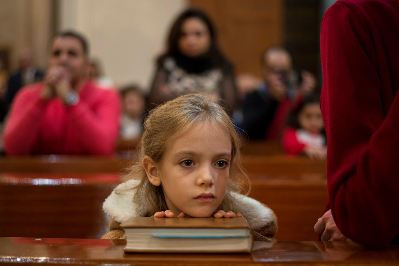 In Cairo luistert een meisje aandachtig naar de mis in de Sint Jozef kerk.