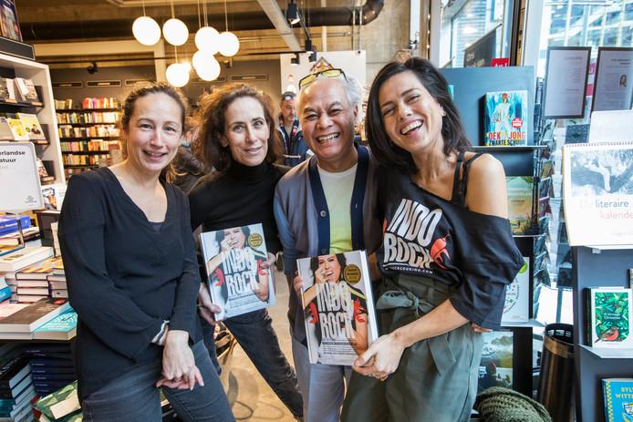 Schrijfster Vanja van der Leeden (rechts) met bekenden uit Den Haag in boekhandel De Vries van Stockum.