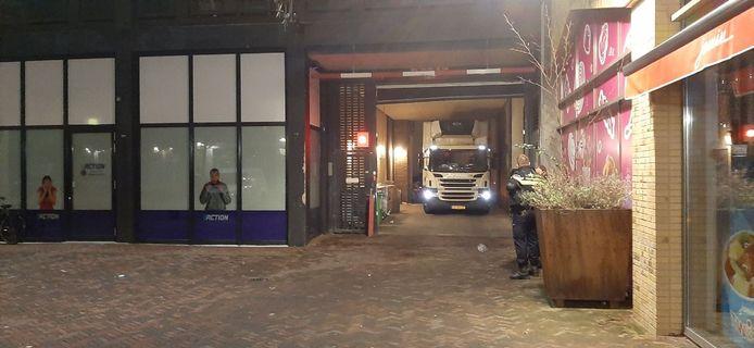 De vrachtwagen zit muurvast onder de roldeur in de bevoorradingssluis van de Hema.