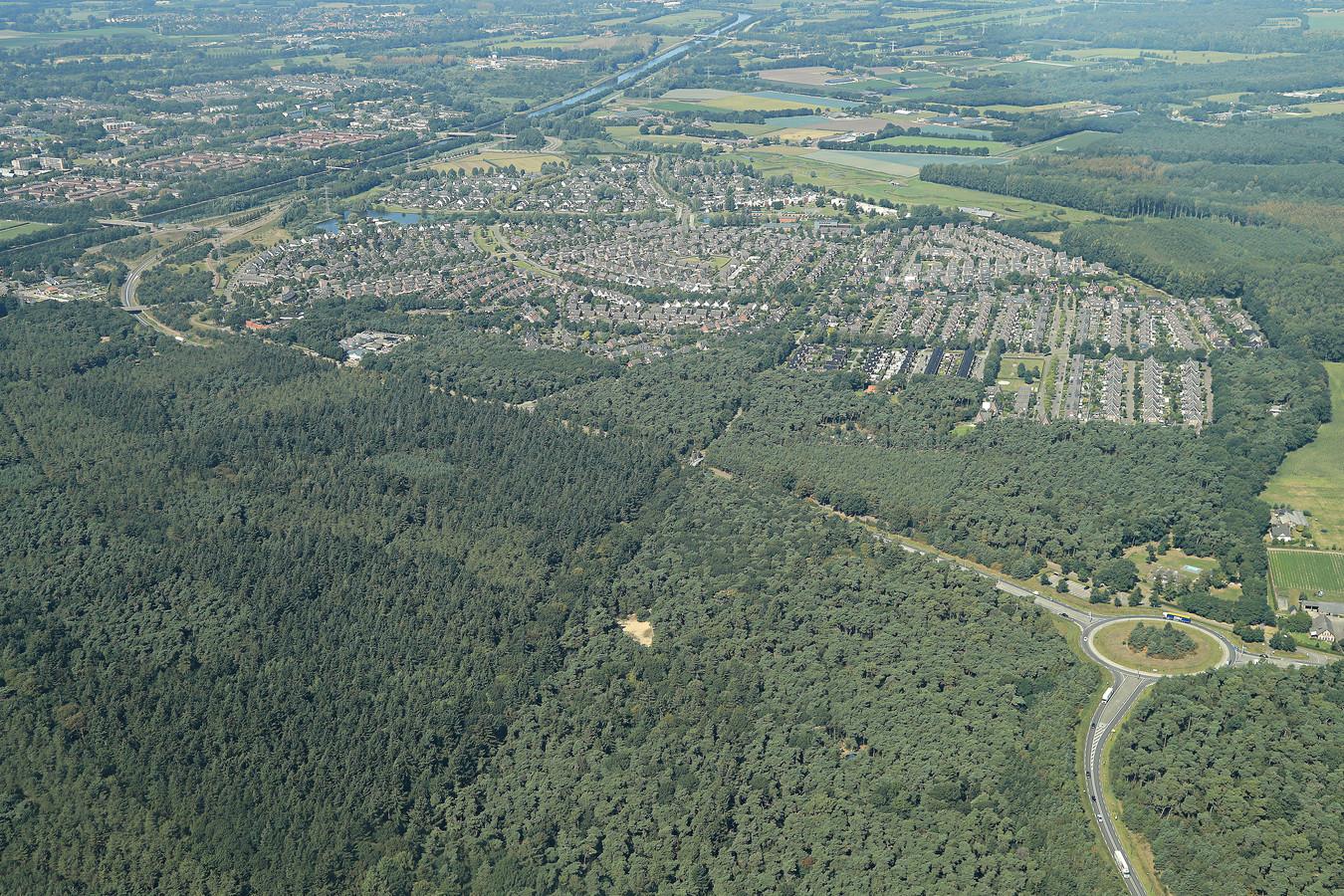 De huidige N279 (gezien vanuit het zuiden) loopt vanaf de rotonde links om Dierdonk heen. De provincie wil vanaf de rotonde een omleiding langs de andere kant van de wijk.
