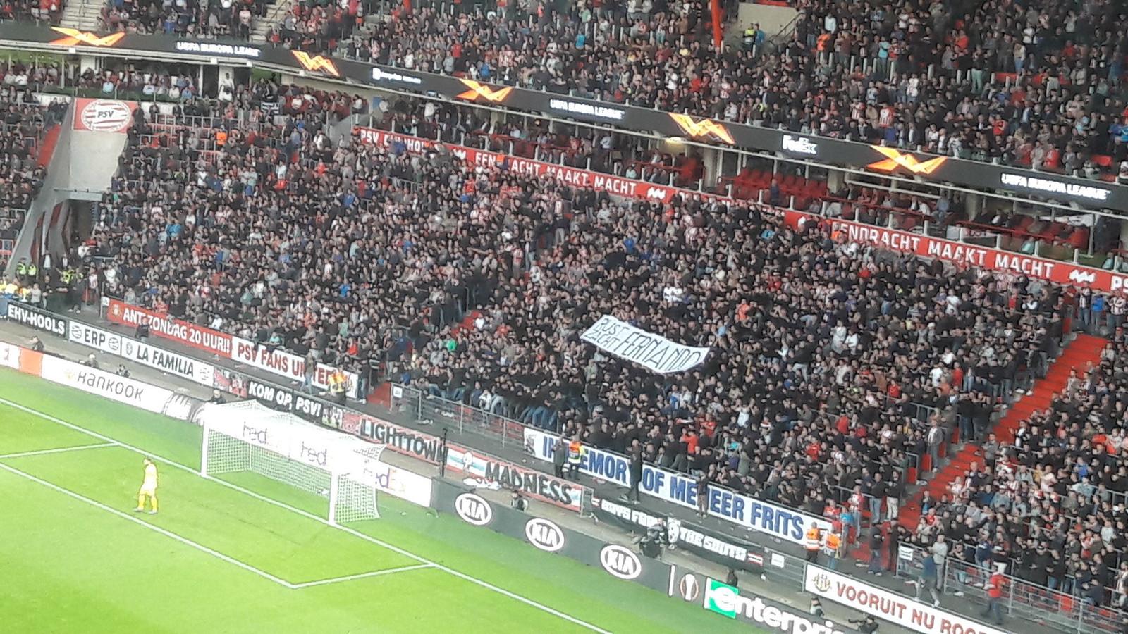 Het spandoek voor Fernando Ricksen in het Philips Stadion