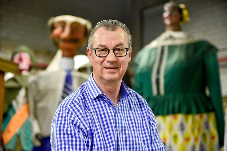 John Huvaere, met op de achtergrond enkele van de Roeselaarse reuzen, toont zich samen met Reusselaere bijzonder ambitieus.