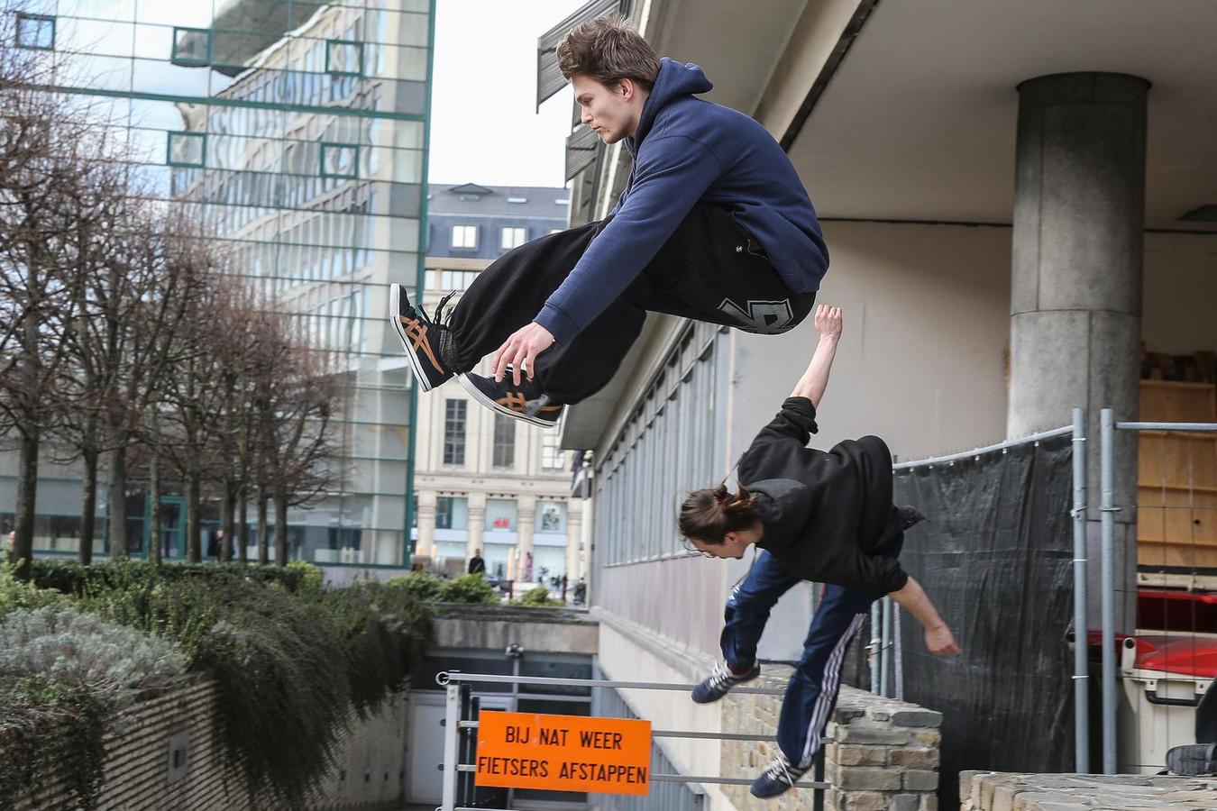 Waar u en ik stappen, gebruiken Wouter De Mol en Niels Van Santen hun springkunsten.