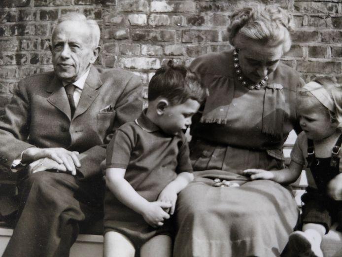 Jan Arnold van Lierop met echtgenote Louisa, kleindochter Marie-Christine en neefje Jan-Philip. Begin jaren 60, in de tuin van hun woning aan de Bagijnestraat.