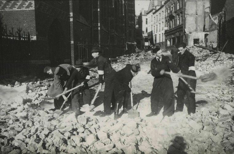 Puinruimen na het bombardement op Nijmegen. Er vielen 800 doden. De NSB buitte het bombardement uit voor hun propaganda. Deze foto is afkomstig uit het archief van de Fotodienst der NSB. Beeld NIOD Institute for War, Holocaust and Genocide Studies/Wikimedia Commons