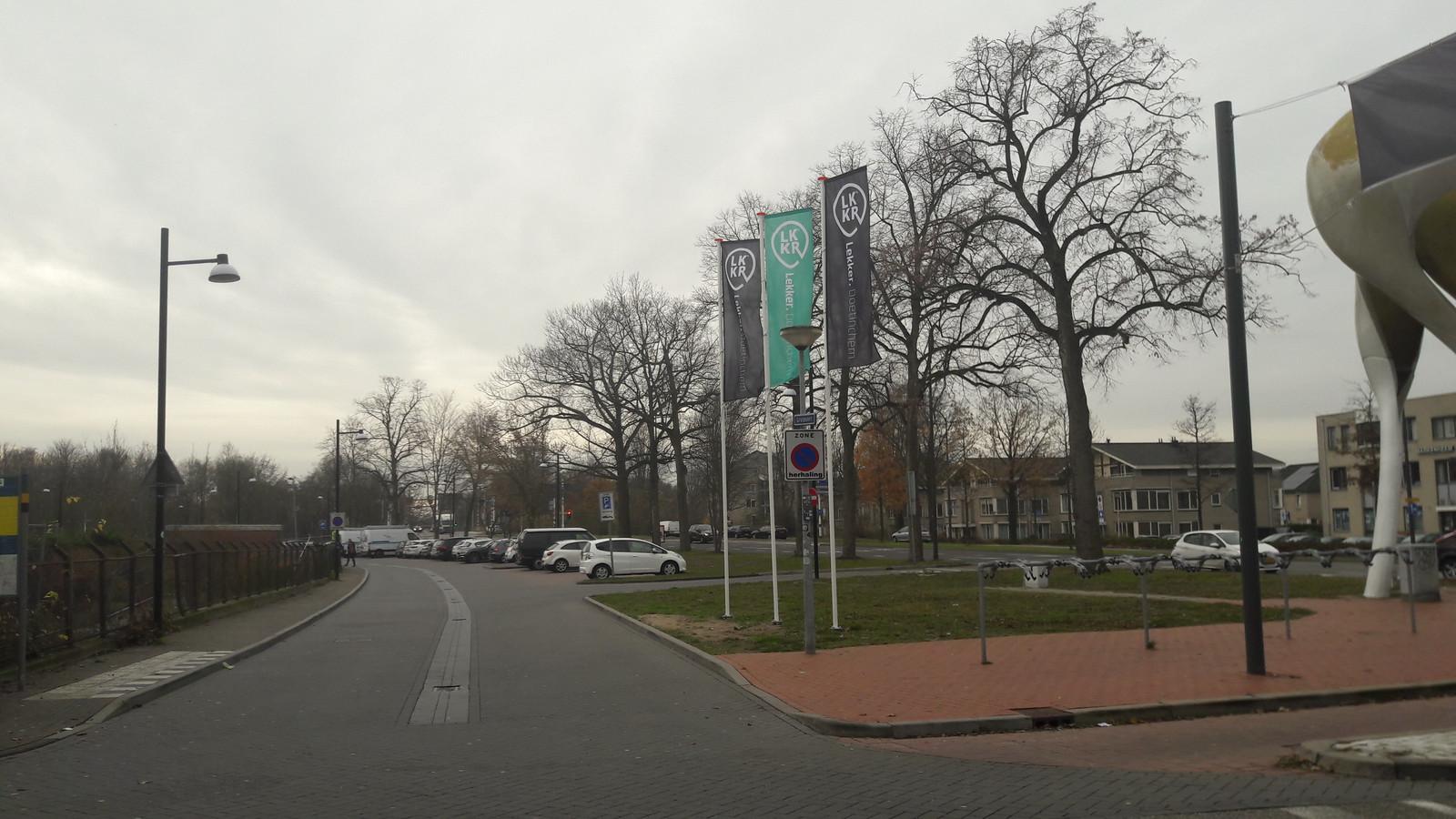 De parkeerplaats bij de D-toren (rechts) die mogelijk evenemententerrein wordt in Doetinchem.