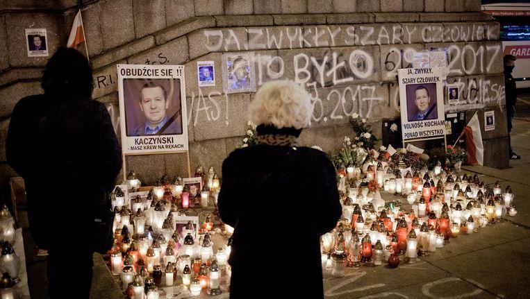 Op het plein waar Piotr Szczesny zichzelf in brand stak is een gedenkplek ontstaan. Beeld Piotr Malecki