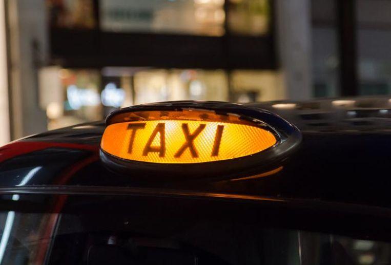 Een taxi-logo op een auto.