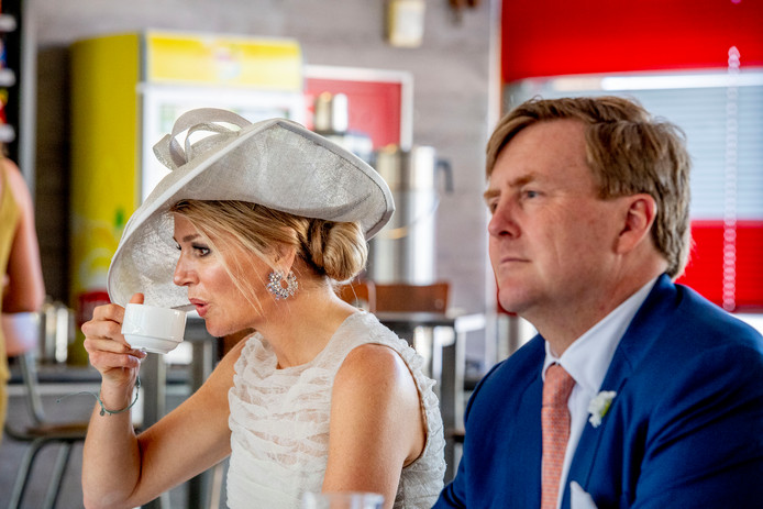 Koning Willem-Alexander en koningin Maxima ingesprek met bewoners van Grootebroek bij voetbalvereniging De Zouaven tijdens een streekbezoek aan West-Friesland.