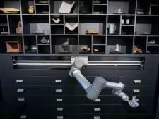 Robotarm duikt voor museumcollectie de kast in