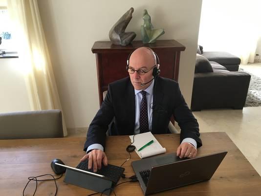 Thuis werken is het devies tijdens de coronacrisis, ook voor burgemeester Kees van Rooij van Meierijstad.