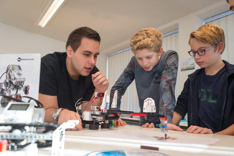 Een leerkracht speelt LEGO met de leerlingen.