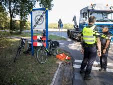 Vrachtwagen schept fietsster op N787 bij Eerbeek