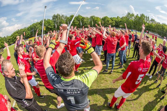 De vreugde bij Wijhe is enorm na de zege bij Lochem en de bijna zekere titel in de derde klasse B van het zondagvoetbal.