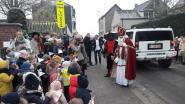 Sinterklaas arriveert met Hummer op Sint-Vincentiusschool