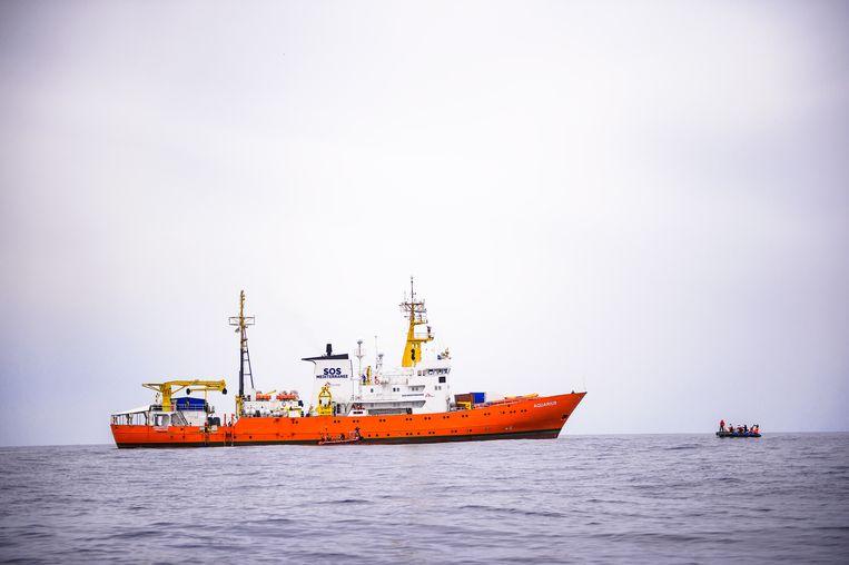 De Aquarius  tijdens een training op 10 april 2018, de eerste dag van een patrouillemissie om migranten aan boord van een boot te redden, ongeveer 50 km uit de Libische kust, in de Middellandse Zee. Beeld EPA