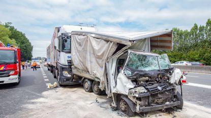 Veertiger zwaargewond na ongeval met vrachtwagens op E40 in Groot-Bijgaarden