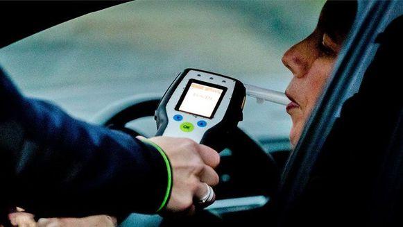 Een bestuurder werd betrapt achter het stuur ondanks een rijverbod voor dronken sturen.