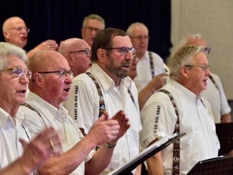 Dirigent Hans (72) overlijdt dag voor cd-opname van zeemanskoor, dat toch gewoon zingt: 'Ode aan Hans'
