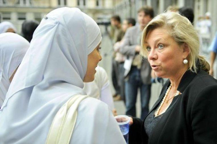 Een moslima in discussie met directrice Heremans.