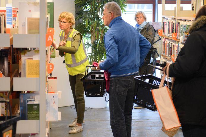 De bibliotheek in Almelo is weer open na een tijdelijke pauze vanwege het coronavirus. Wel zijn er de nodige voorzorgsmaatregelen getroffen.