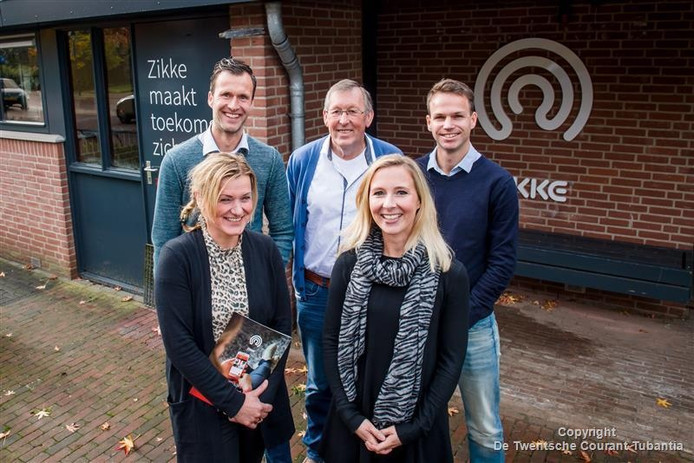 De bestuursleden van Zikke: Björn Grundel, Gerard aan de Stegge en Gert-Jan Egberink (van links naar rechts) met op de voorgrond de twee coördinatoren Biana Weernink (links) en Merel Arts.