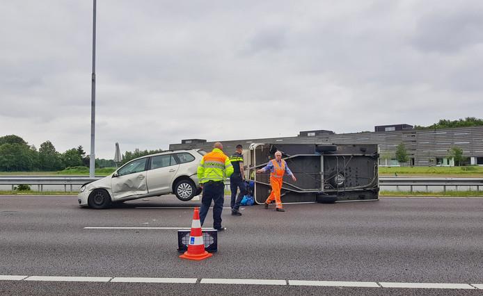 Caravan op zijn kant op de A58 bij Tilburg.