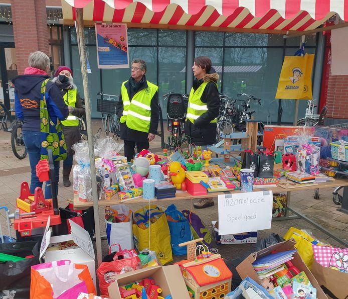 De inzamelkraam bij een van de winkelcentra van Rotary Gorinchem-Merwede is al snel te klein voor  alle speelgoed dat wordt afgegeven.