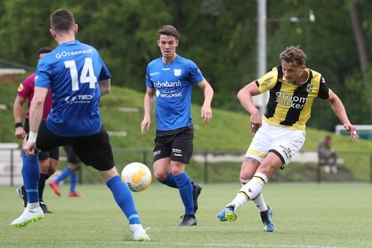 Laurens van der Voort en Mart de Jong van GVVV zijn te laat om de uithaal van Mats Grotenbreg te blokken. De bal slaat even later als een mokerslag in de kruising (0-2).