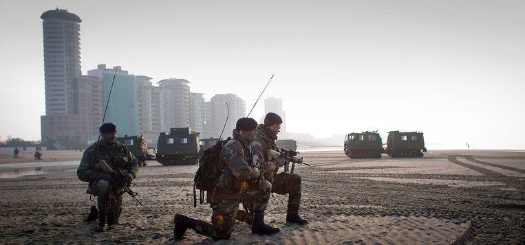 Mariniers oefenen op het strand bij Vlissingen, waar de nieuwe kazerne zou moeten komen.  Beeld ANP