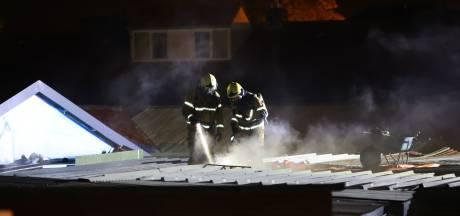 Brand op dak van garageboxen aan Jan van Speykstraat Vught snel onder controle