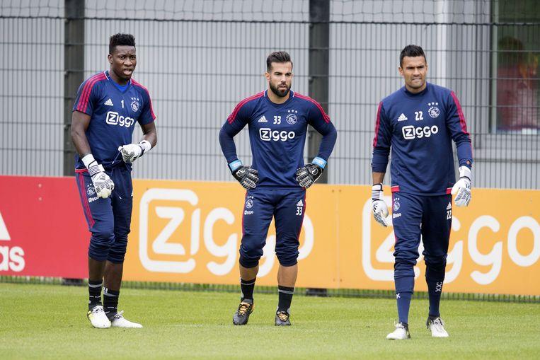 Keepers Andre Onana,  Kostas Lamprou en Benjamin van Leer tijdens de training van Ajax. Beeld ANP
