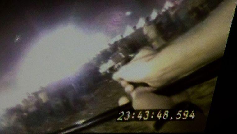 Beelden van de politieman die zich bedreigd voelt en schiet op de menigte, gefilmd door een schoudercamera. © ANP Beeld
