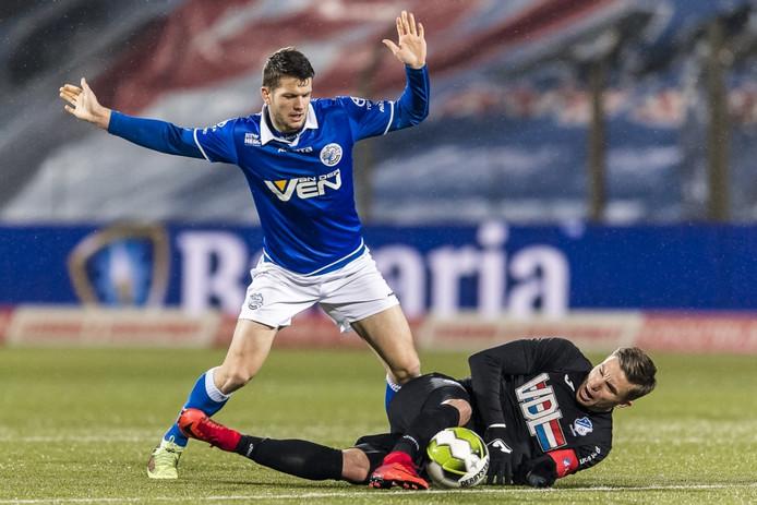 Mattias Andersson (links) duelleert met de op de grond liggende Mart Lieder van FC Eindhoven. De Zweed komt dit seizoen niet meer in actie voor FC Den Bosch.