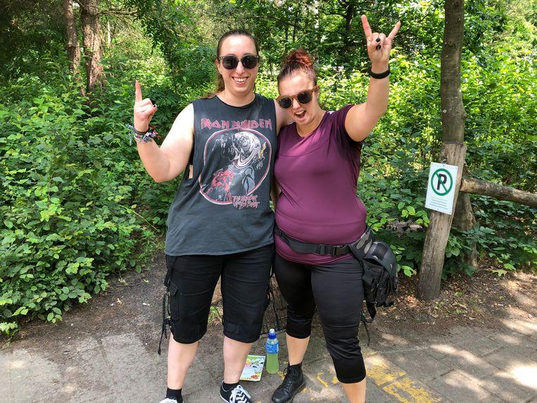 Carla Van Gemert en Cinthia Spierenburg verkiezen een koelkast in SunParks boven een tentje op de camping van Graspop.