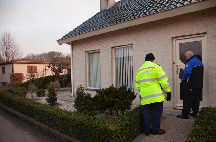 Het team handhaving bezoekt een bewoner van Patersven. Foto Riet Pijnappels