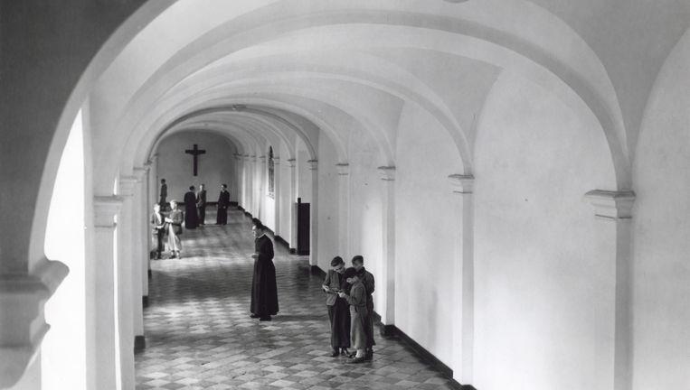 Gang met gewelfd plafond van het seminarie Rolduc te Kerkrade, 1954. Foto ANP Beeld GPD/ Harry Heuts / MGL