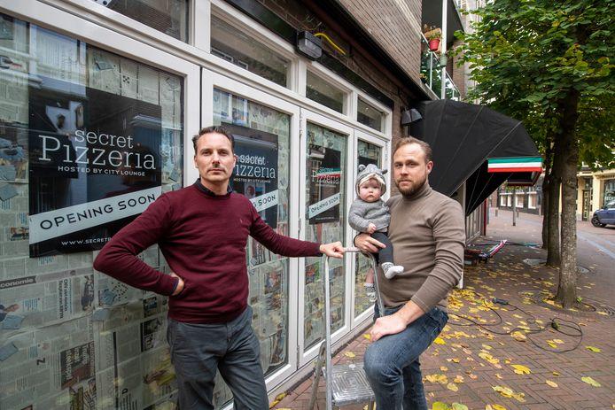 Voor Mark Reiman (r) en Simon Giaccotto zat proefdraaien met hun pop-up pizzeria er niet in. Tijd voor plan C, om tijdens de coronacrisis het hoofd boven water te houden.