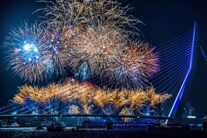 Vuurwerkshow tijdens de jaarwisseling bij de Erasmusbrug in Rotterdam. ANP ROBIN UTRECHT