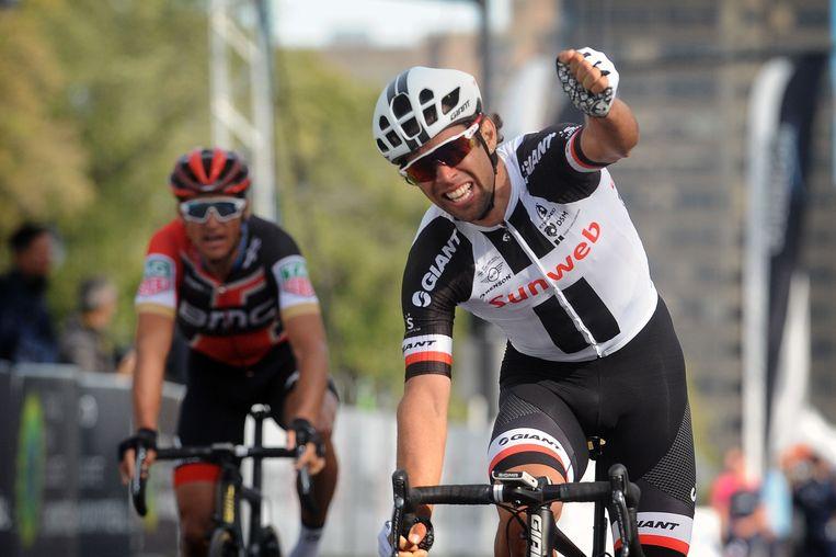 Greg Van Avermaet (derde) ziet Matthews weer het vreugdegebaar maken.