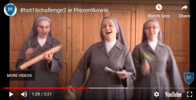 De Zusters van de Presentatie in het Poolse Krakau doen mee aan een rap in het kader van de actie #hot16Challenge2 om geld in te zamelen voor medische zorg aan coronapatiënten. Beeld screenshot YouTube