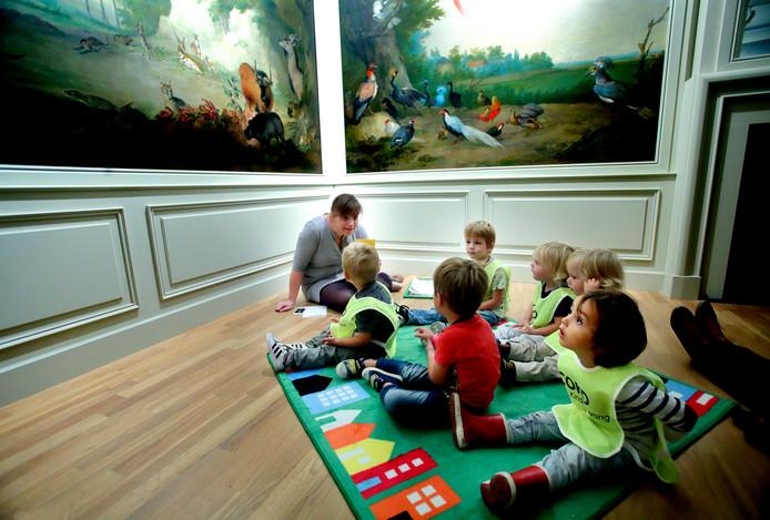 Peuters luisteren in het Dordrechts Museum naar één van de leidsters. Gisteren was de eerste peutertour, speciaal voor kinderen van 2 jaar.