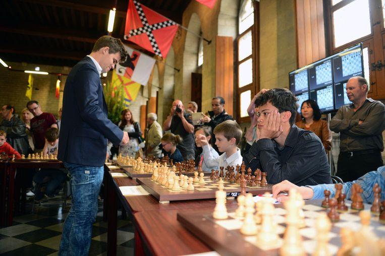 Een dertigtal kinderen nam het gisteren op tegen internationale schaakgrootmeesters.
