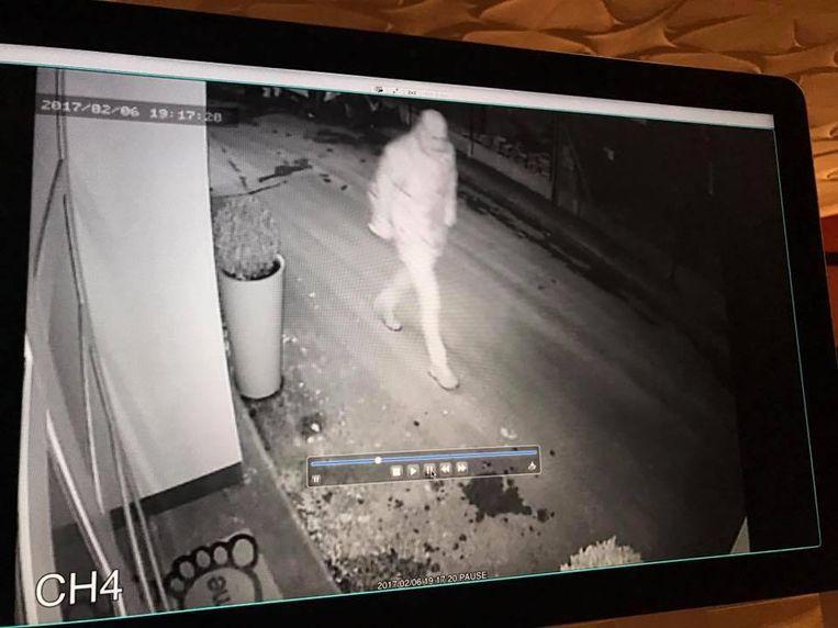 Een verdachte op camerabeeld. Ook een tweede verdachte werd op beeld vastgelegd.