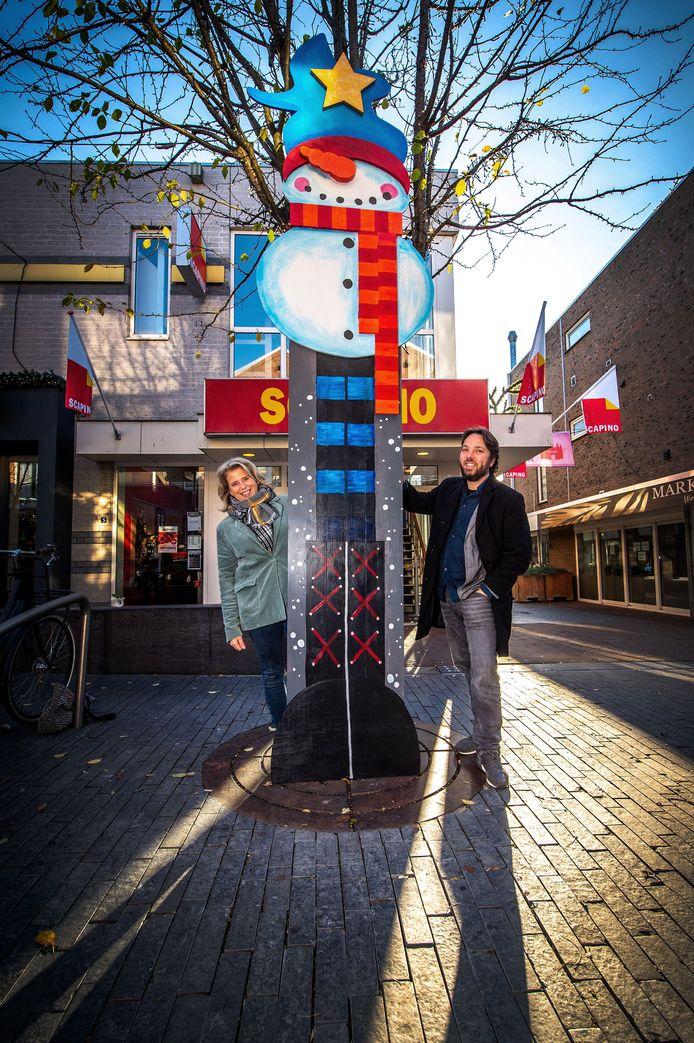 Kunstenaar Stijn Coetsier en ontwerper Macha van den Boom de sneeuwpop: persoonlijk de favoriet van Coetsier.