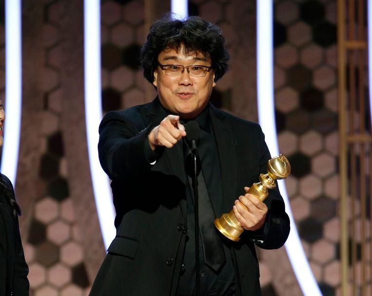 Regisseur Bong Joon Ho accepteert zijn Golden Globe voor 'Parasite'.