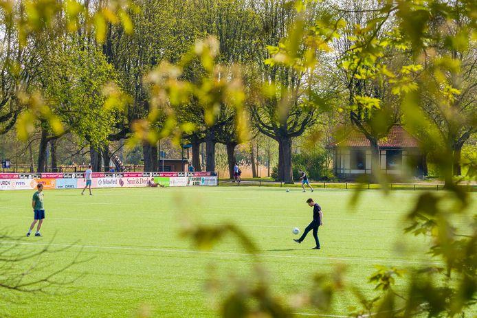 Het rugbyveld van The Dukes is verboden terrein, toch wordt er nog gesport.